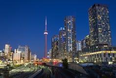 De Flatgebouwen met koopflats van Toronto en de CN Toren Royalty-vrije Stock Afbeelding