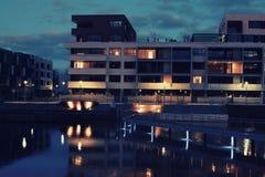 De flats van de waterkant bij nacht Royalty-vrije Stock Fotografie
