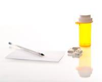 De fles, de pillen, het voorschrift en de pen van de geneeskunde Stock Afbeeldingen