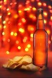 De fles en de chips van het bier Stock Afbeeldingen