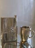 De fles en de mok van het metaal Royalty-vrije Stock Foto