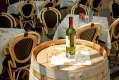 De fles en de wijnglazen van de wijn op vat in straatca Stock Foto's