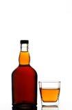 De fles en het glas van de whisky stock afbeeldingen