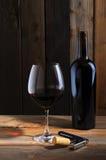 De fles en het wijnglas van de wijn in kelder het plaatsen royalty-vrije stock foto