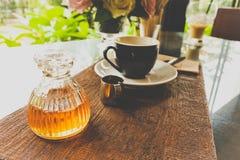 De fles honing met koffie plaatste na dient aan de klant Stock Foto's