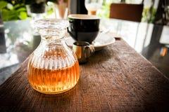 De fles honing met koffie plaatste na dient aan de klant Stock Foto