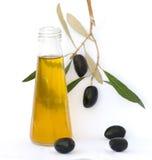 De fles olijfolie en de olijf vertakken zich Stock Fotografie