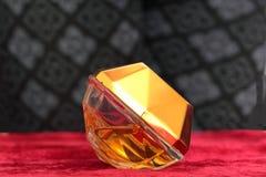 De fles parfum ligt aan zijn kant. Royalty-vrije Stock Fotografie