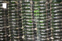 De fles van Champagne bij de opslag van champagnefabriek Stock Foto's