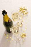 De fles van Champagne en twee glazen Stock Foto