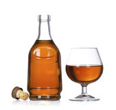 De fles van de cognac die op wit wordt geïsoleerdg Stock Illustratie
