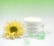 De fles van de Cosmeticeroom met gele flwoer Royalty-vrije Stock Fotografie