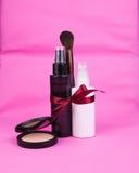 De fles van de schoonheidsmiddelenuitrusting voor gift met lint en poeder stock afbeeldingen