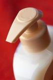 De fles van de shampoo in macro Stock Foto's