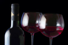 De fles van de wijn en twee glazen Stock Afbeelding