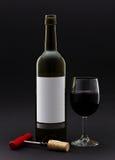 De fles van de wijn en wijn in een glas Stock Foto