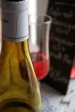 De fles van de wijn, glas, in restaurant Royalty-vrije Stock Foto
