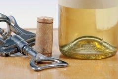 De fles van de wijn met cork en kurketrekker Stock Afbeeldingen