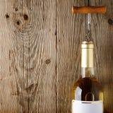 De fles van de wijn met kurketrekker Stock Foto