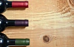 De fles van de wijn op een lijst Royalty-vrije Stock Foto's