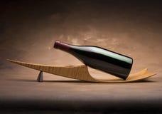 De fles van de wijn op tribune Stock Foto
