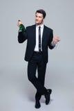 De fles van de zakenmanholding met champagne en glas Stock Foto's