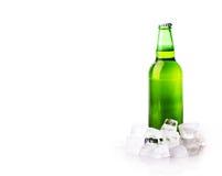 De fles van het bier in ijsblokjes royalty-vrije stock afbeeldingen
