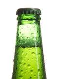 De fles van het bier met dalingen royalty-vrije stock foto