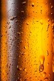 De fles van het bier met dalingen abstracte achtergrond Stock Foto