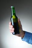 De Fles van het Bier van de Holding van de hand Royalty-vrije Stock Afbeelding
