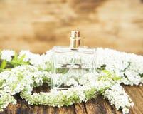 De Fles van het bloemparfum Stock Afbeelding