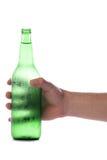 De fles van het de holdingsbier van de hand royalty-vrije stock afbeelding