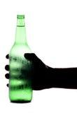 De fles van het de holdingsbier van de hand stock foto's