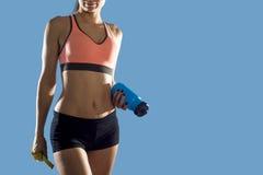De fles van het de holdingswater van de sportvrouw en maatregelenband die slanke perfecte abs en maag tonen stock afbeelding