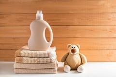 De fles van het detergens dichtbij een stapel van handdoeken stock afbeelding