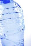 De fles van het mineraalwater stock fotografie