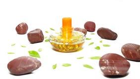 De fles van het parfum met groene bladeren en rode stenen Royalty-vrije Stock Afbeelding