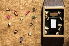 De fles van het parfumglas binnen gouden giftdoos stock afbeelding