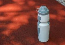 De fles van het sportenwater in het stadion Royalty-vrije Stock Afbeelding