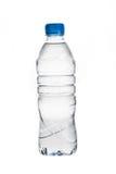 De fles van het water die op wit wordt geïsoleerdh Royalty-vrije Stock Afbeeldingen