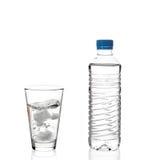 De fles van het water en een glas Stock Foto's