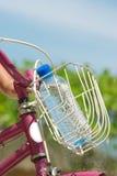 De fles van het water op fiets Stock Foto's