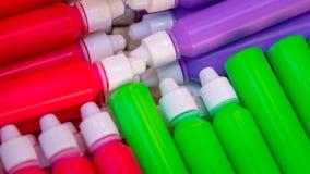 De Fles van de kleurengeneeskunde met Behandelde Kappen stock afbeeldingen