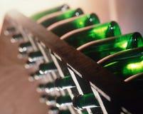 De fles van de rijchampagne in een traditionele ` pupitre ` Stock Foto's