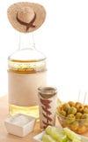 De fles van Tequila met sombrero en voorgerechten Royalty-vrije Stock Foto's