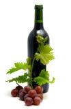 De fles wijn met druif doorbladert en wijnstok stock afbeeldingen