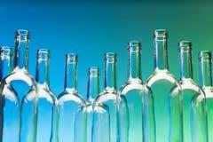 De flessen die van de kristalwijn zich op een rij bevinden Stock Foto