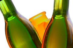 De flessen en de bezinningen van de wijn. Geïsoleerdn. Royalty-vrije Stock Foto's