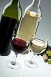 De flessen en de glazen van de wijn Stock Foto's
