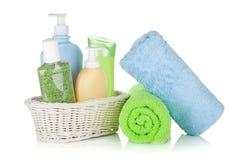 De flessen en de handdoeken van schoonheidsmiddelen Stock Foto
